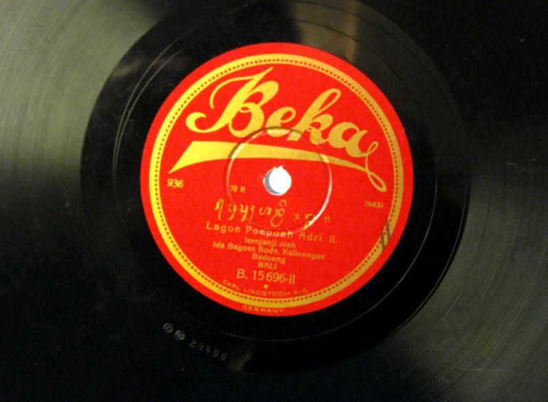 Piringan hitam 78 rpm dari rekaman bersejarah Odeon & Beka 1928-29 dengan label dalam aksara Bali. Piringan hitam dalam gambar memuat rekaman Pupuh Adri dan merupakan satu-satunya cakram yang tersisa di dunia. Ditemukan oleh Dr. Edward Herbst di Arsip Japp Kunst di Universitas Amsterdam.